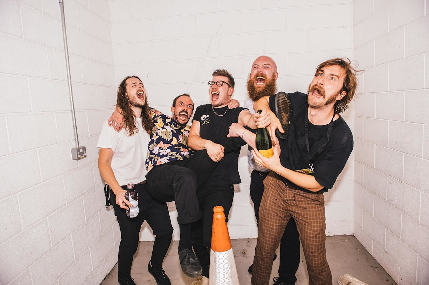 ''A Beautiful Thing'': Idles anuncia disco en vivo