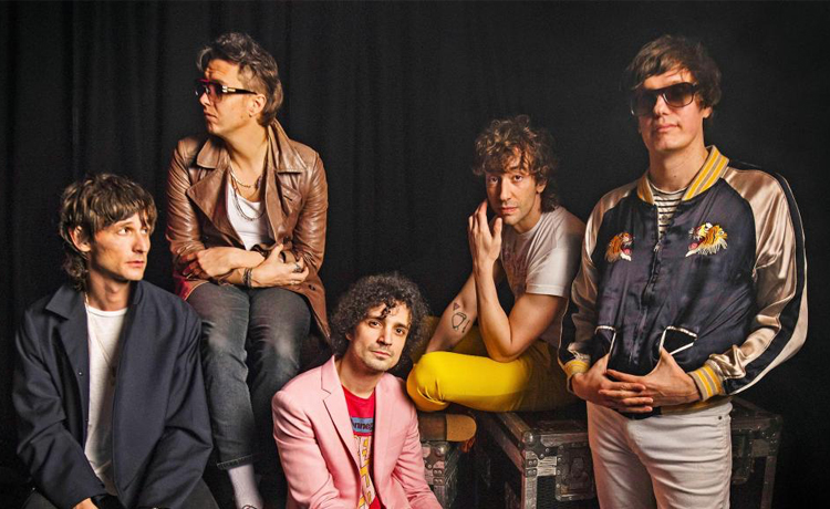 The Strokes combaten robots en su nuevo video