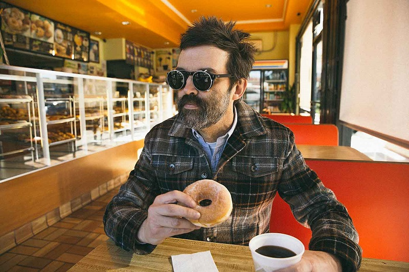 Eels vuelve con la inédita 'Baby Let's Make It Real'