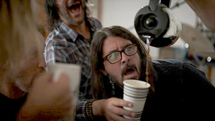 Foo Fighters: Dave Grohl se r�e de su adicci�n al caf� en un entretenido video
